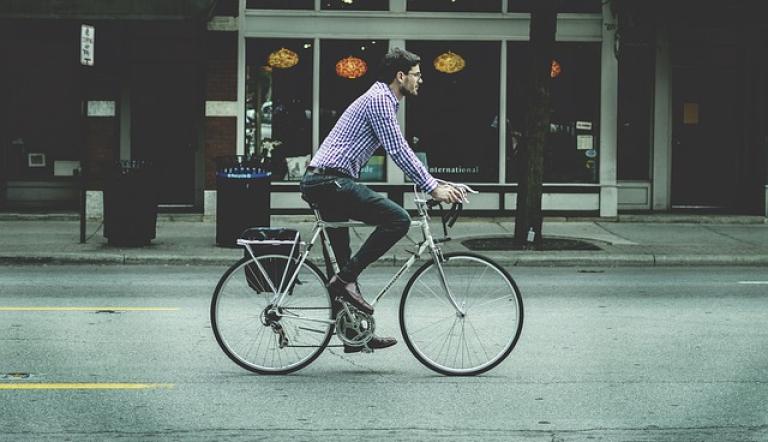 Conducir con auriculares en bicicleta
